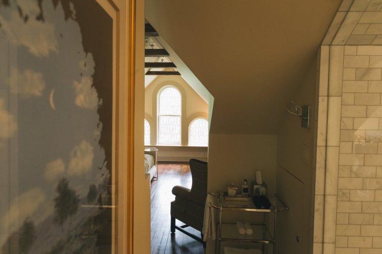 Magritte, The Eaves suite, Stonehurst Place, Atlanta