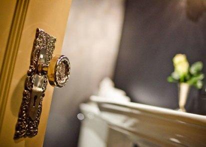 stonehurst-gold-doorknob_700x500_480