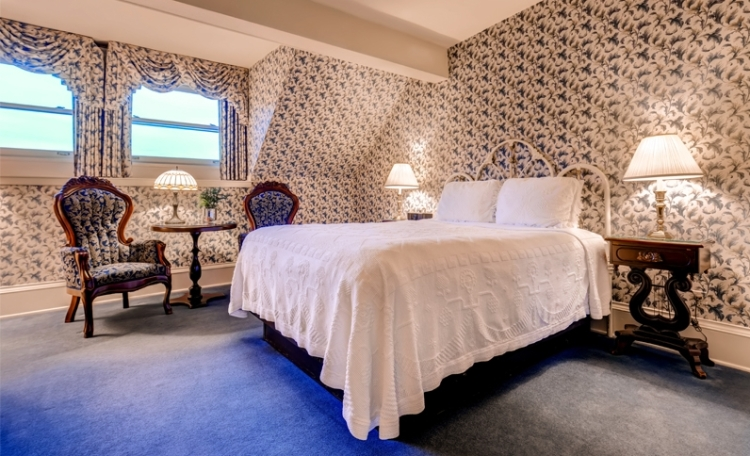 traditional-one-queen-room