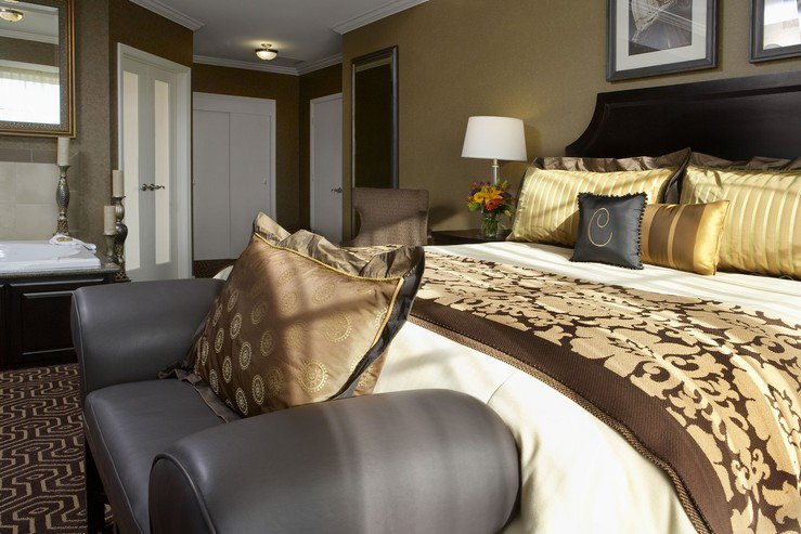 hotel-julien-dubuque-capone-suite-bedroom_hpg