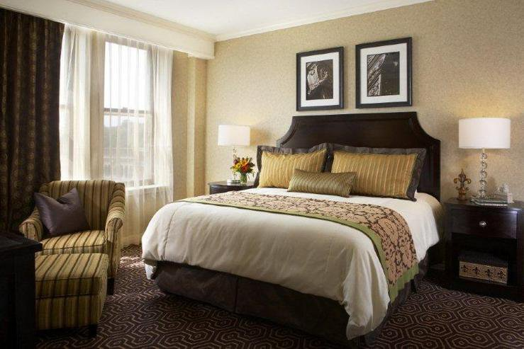 hotel-julien-dubuque-premier-suite-bedroom-1_hpg
